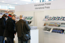 "Foto: Interessenten am Stand ""Internationale Presse"""